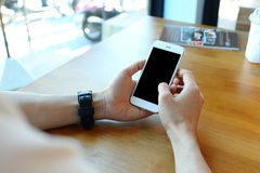 Homme tenant le smartphone avec le contact sur l'écran Image stock