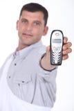 Homme tenant le téléphone mobile Photographie stock libre de droits