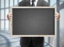 Homme tenant le tableau noir Photo stock