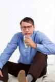 Homme tenant le verre de lait Photos stock