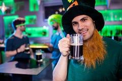 Homme tenant le verre et le sourire de bière Photos libres de droits