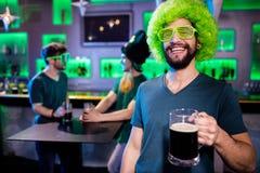 Homme tenant le verre et le sourire de bière Image stock