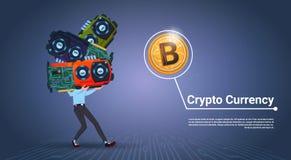 Homme tenant le Web moderne Bitcoins de Digital de crypto concept de devise de puces au-dessus du fond bleu Photos libres de droits