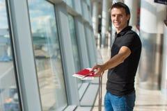 Homme tenant les passeports et la carte d'embarquement à l'aéroport Photos stock