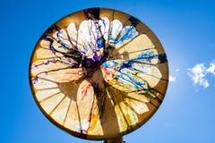 Homme tenant son tambour sacré dans le ciel photo libre de droits