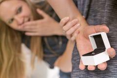 Homme tenant un anneau de mariage Concept d'engagement surprise Images stock