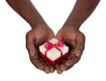 Homme tenant un boîte-cadeau dans des mains Image stock