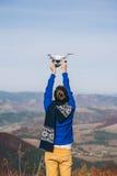 Homme tenant un bourdon pour la photographie aérienne Image libre de droits