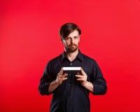Homme tenant un copyspace vide Image stock