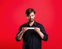 Homme tenant un copyspace vide Photo libre de droits