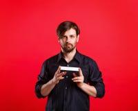 Homme tenant un copyspace vide Photographie stock