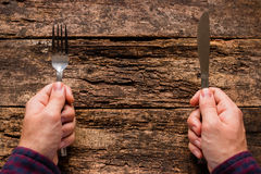 Homme tenant un couteau et une fourchette Photo libre de droits