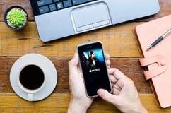 Homme tenant un iPhone 6s Photographie stock libre de droits