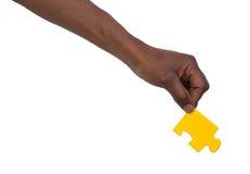 Homme tenant un morceau de puzzle denteux Photos libres de droits