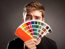 Homme tenant un pantone Photographie stock libre de droits