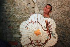 Homme tenant un parapluie image stock