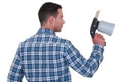 Homme tenant un pistolet de pulvérisation Photo stock