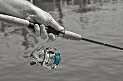 Homme tenant un poteau de pêche Images libres de droits
