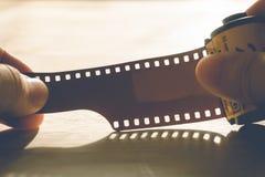 Homme tenant une cartouche de film de photo photographie stock