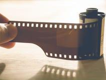 Homme tenant une cartouche de film de photo photos stock