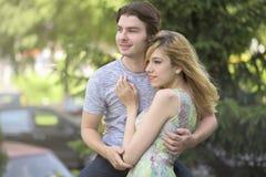 Homme tenant une femme dans des ses bras Image libre de droits