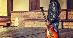 Homme tenant une guitare électrique gauchère Photographie stock