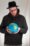 Homme tenant une terre de globe Images libres de droits