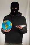 Homme tenant une terre de globe Image libre de droits