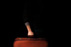 Homme tenant une valise pour un voyage Photographie stock libre de droits