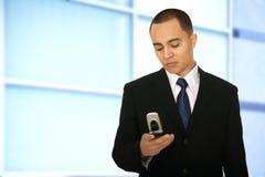 Homme Texting d'affaires dans le bureau Images stock
