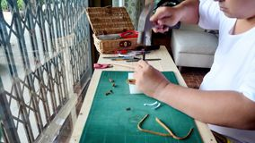 Homme thaïlandais rendant le produit en cuir de porte-clés fait main banque de vidéos