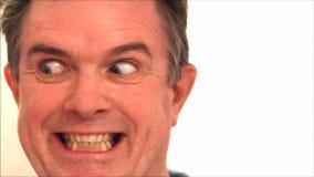 Homme tirant des expressions du visage drôles banque de vidéos
