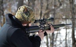 Homme tirant un fusil à air comprimé Image libre de droits