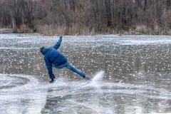 Homme tombant vers le bas tandis que patinage de glace Patins de neige de la dispersion en parties photos libres de droits