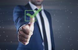 Homme touchant dans le signe vert photographie stock