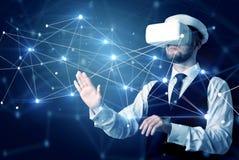 Homme touchant des signes de la connectivité 3D et du réseau image stock