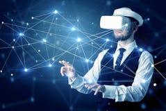 Homme touchant des signes de la connectivité 3D et du réseau image libre de droits