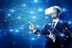 Homme touchant des signes de la connectivité 3D et du réseau photos libres de droits