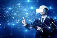 Homme touchant des signes de la connectivité 3D et du réseau photographie stock