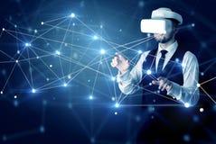 Homme touchant des signes de la connectivité 3D et du réseau photo libre de droits