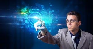 Homme touchant l'écran d'hologramme photos libres de droits