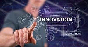 Homme touchant un concept d'innovation images stock