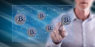Homme touchant un concept de bitcoin photographie stock libre de droits