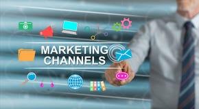 Homme touchant un concept de canaux de commercialisation illustration stock