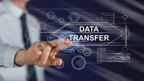 Homme touchant un concept de transfert des données photographie stock