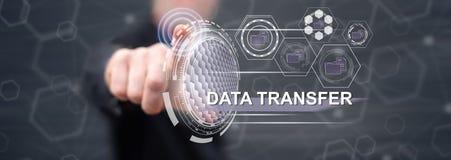 Homme touchant un concept de transfert des données images libres de droits