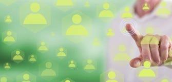 Homme touchant un concept social de réseau image stock