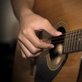 Homme toujours de la vie jouant la guitare photo stock