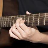 Homme toujours de la vie jouant la guitare Photos stock