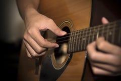 Homme toujours de la vie jouant la guitare images libres de droits
